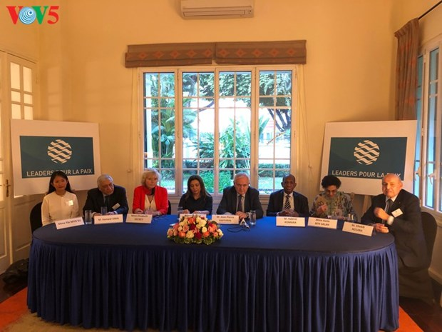 Jean-Pierre Raffarin reunit les «Leaders pour la Paix» a Hanoi hinh anh 1