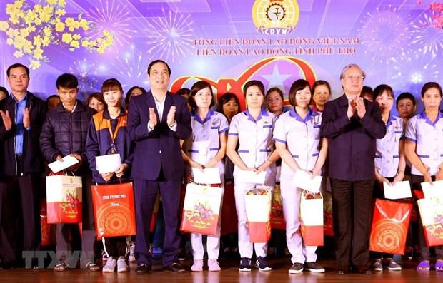 Des dirigeants offrent des cadeaux a des familles demunies a Ha Giang et Phu Tho hinh anh 1