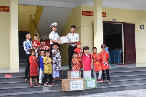 Truong Sa: visite des habitants et militaires a l'approche du Tet hinh anh 1