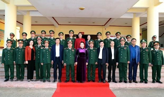La presidente de l'AN visite le commandement militaire de Dak Lak hinh anh 1