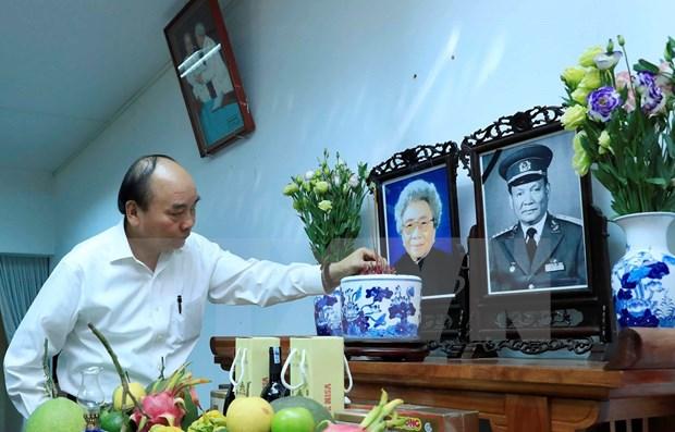 Le Premier ministre Nguyen Xuan Phuc rend hommage aux dirigeants decedes hinh anh 1