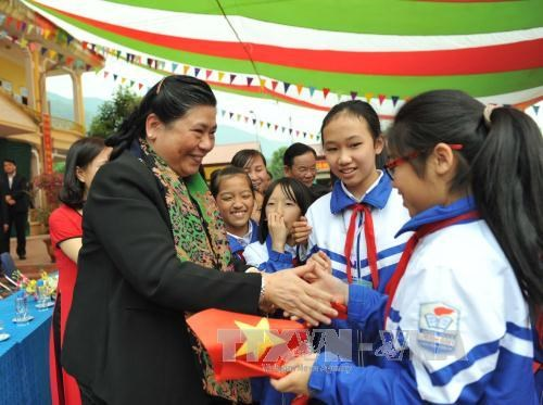 La vice-presidente de l'AN Tong Thi Phong en tournee a Son La hinh anh 1