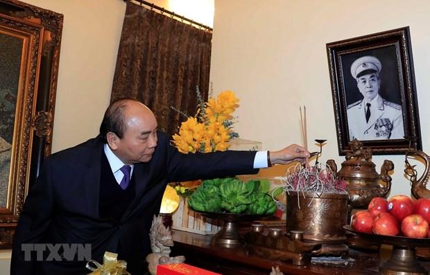Le Premier ministre offre des baguettes d'encens en memoire de feux dirigeants hinh anh 1
