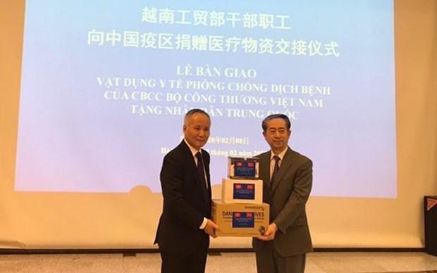 Le Vietnam fait don d'appareils medicaux au peuple chinois hinh anh 1