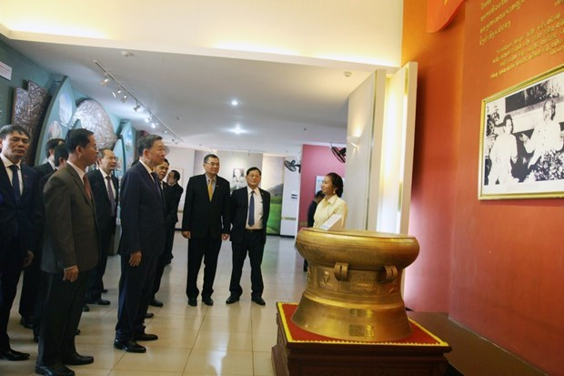 Le ministre de la Securite publique To Lam en visite de travail au Laos hinh anh 1