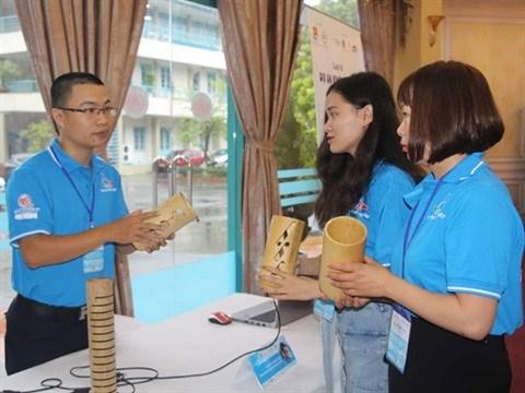 Un jeune ingenieur passionne de lampes en bambou hinh anh 1