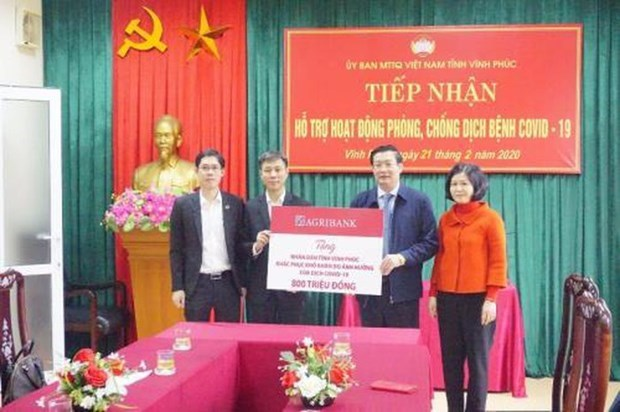 COVID-19: Agribank remet 800 millions de dongs a Vinh Phuc hinh anh 1