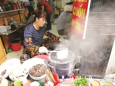 Le banh cuon nong, une gourmandise de l'hiver hinh anh 2
