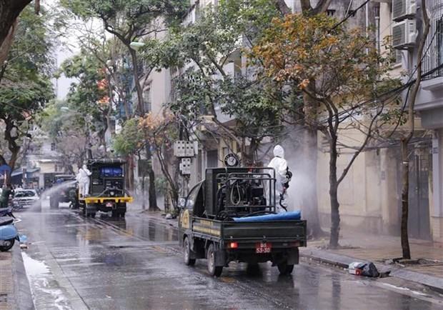Des rues de Hanoi desinfectees apres un nouveau cas de COVID-19 hinh anh 1