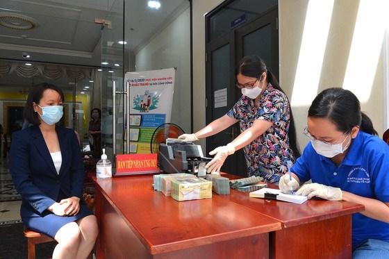 Plus de 81 milliards de dongs d'assistance a la lutte contre le coronavirus et la salinisation hinh anh 1