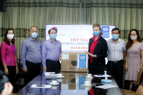 Don de 20.000 masques chirurgicaux du PNUD au Vietnam hinh anh 1