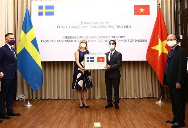 Le Vietnam presente des fournitures medicales a la Suede hinh anh 1