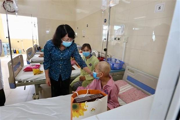 La vice-presidente Dang Thi Ngoc Thinh rend visite a des enfants atteints de cancer hinh anh 1