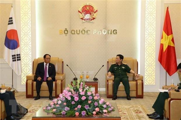 Le ministre de la Defense recoit le nouvel ambassadeur de la Republique de Coree hinh anh 1
