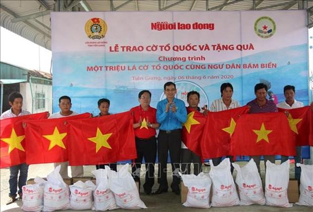 Tien Giang : remise de 2.000 drapeaux nationaux aux pecheurs hinh anh 1