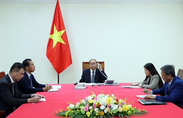 Les PM Nguyen Xuan Phuc et Edouard Philippe s'entretiennent par telephone hinh anh 1