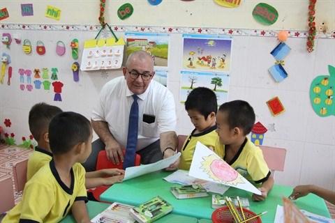 L'ambassadeur belge offre des pochettes sanitaires aux enfants du Centre hinh anh 1