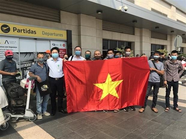 Plus de 300 Vietnamiens rapatries d'Angola hinh anh 1