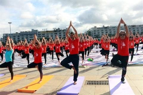 La Journee internationale du yoga attire pres de 3 000 personnes a Quang Ninh hinh anh 1