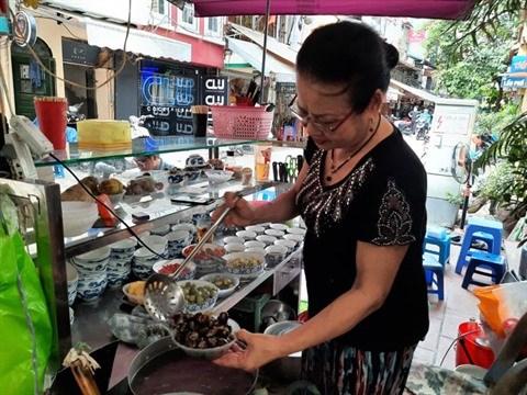 Une echoppe singuliere dans la rue culinaire de Hanoi hinh anh 1