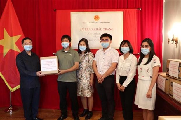 Remise de 50.000 masques faciaux a la communaute vietnamienne au Canada hinh anh 1
