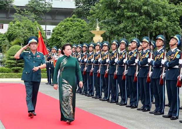 La presidente de l'AN travaille avec l'armee de l'air et de la defense anti-aerienne hinh anh 1