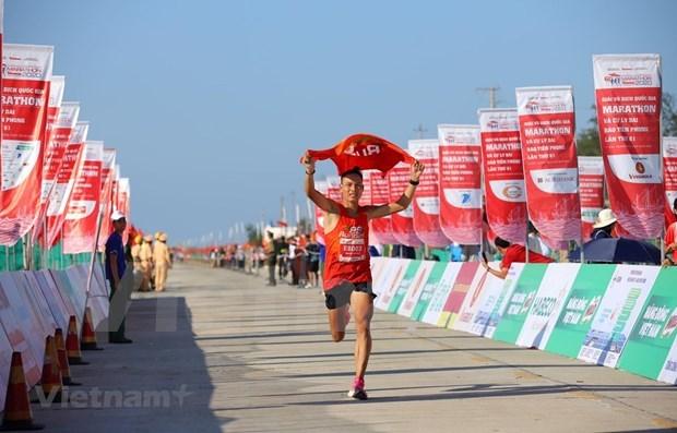 Pres de 2.000 athletes courent le 61e Marathon du journal Tien Phong hinh anh 1
