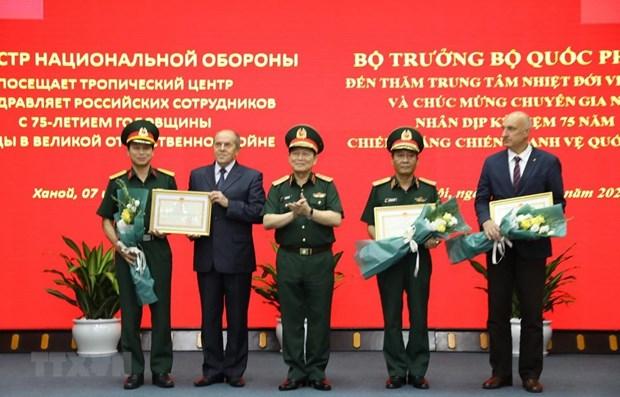 Le ministre de la Defense Ngo Xuan Lich se rend au Centre tropical Vietnam-Russie hinh anh 1