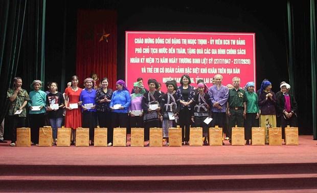 Lai Chau: Dang Thi Ngoc Thinh offre des cadeaux a des familles beneficiant des politiques sociales hinh anh 1