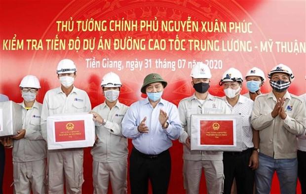 Le PM examine les travaux de construction de l'autoroute Trung Luong-My Thuan hinh anh 1