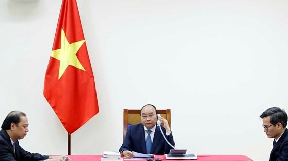 Les PM vietnamien et japonais tiennent un entretien telephonique hinh anh 1
