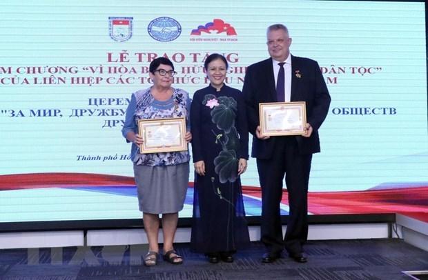 Des responsables russes a HCM-Ville honores avec des insignes hinh anh 1