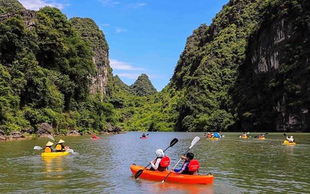 En kayak a Trang An, patrimoine mondial de l'UNESCO hinh anh 2