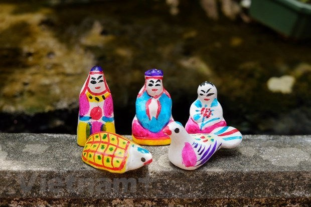 L'artisan qui perpetue l'heritage de la fabrication de figurines d'argile hinh anh 2