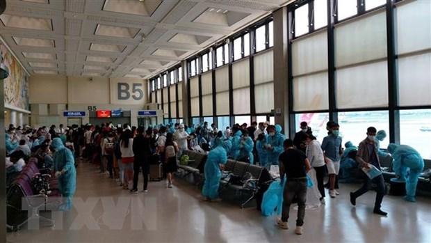 COVID-19 : plus de 360 Vietnamiens rapatries de Singapour hinh anh 1
