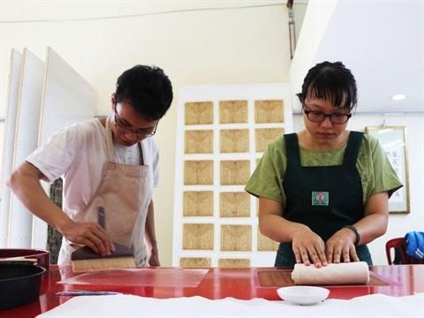 Un jeune couple restaure des livres anciens hinh anh 1