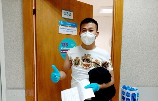 Covid-19 : des Vietnamiens rejoignent le programme de vaccination en Russie hinh anh 1