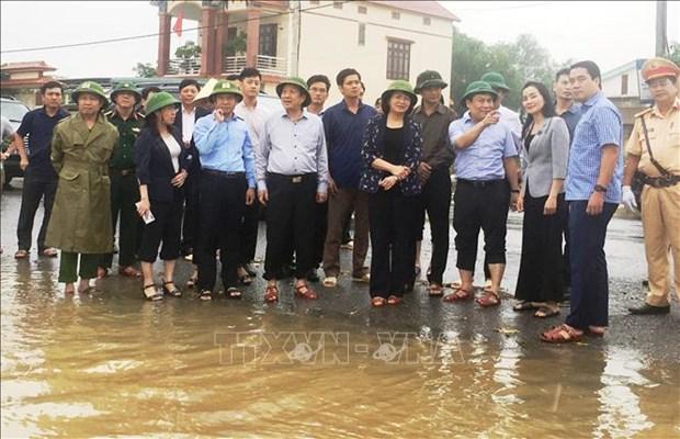 La vice-presidente de la Republique offre des cadeaux aux victimes des inondations a Quang Binh hinh anh 1
