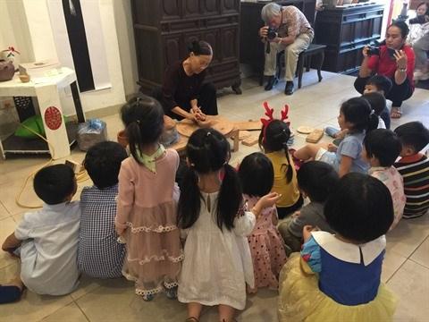 L'artiste-peintre Le Thiet Cuong, la rencontre de la ceramique et des textes bouddhiques hinh anh 3