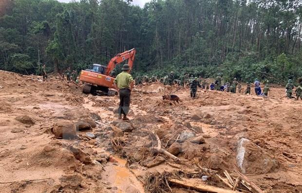 Les corps de 13 membres de l'equipe de sauvetage retires des decombres d'un glissement de terrain hinh anh 1