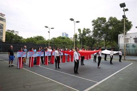 Une centaine de tennismen amateurs regroupes a Hanoi hinh anh 1