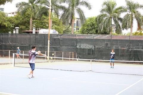 Une centaine de tennismen amateurs regroupes a Hanoi hinh anh 2