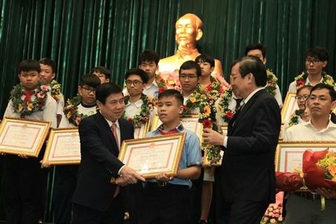 Ho Chi Minh-Ville felicite pres de 1.000 eleves excellents hinh anh 1