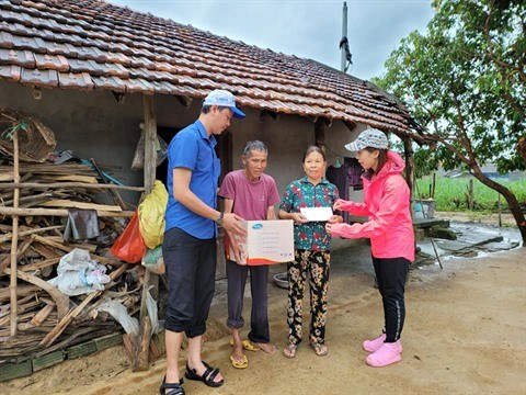 Remise de 1.200 cadeaux aux habitants sinistres a Quang Tri et Quang Ngai hinh anh 1