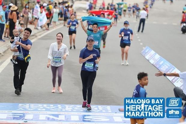 Marathon : 2.500 athletes suivent la ligne bleue et embrassent Ha Long hinh anh 1