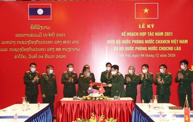 Defense : le Vietnam et le Laos signent un plan de cooperation pour 2021 hinh anh 1