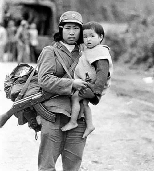 Presentation d'un livre photo sur la guerre de defense de la frontiere septentrionale hinh anh 3