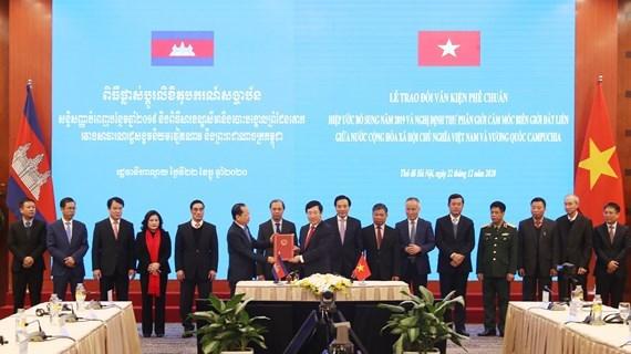Mise en vigueur des documents juridiques sur la demarcation et le bornage de la frontiere Vietnam-Cambodge hinh anh 1