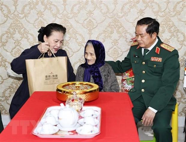 Pres de 518 milliards de dong de cadeaux a des personnes meritantes a l'occasion du Tet hinh anh 1