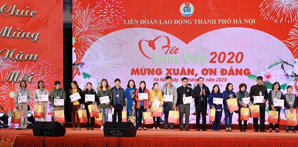 Tet traditionnel 2021: 5.500 cadeaux pour des travailleurs de Hanoi hinh anh 1
